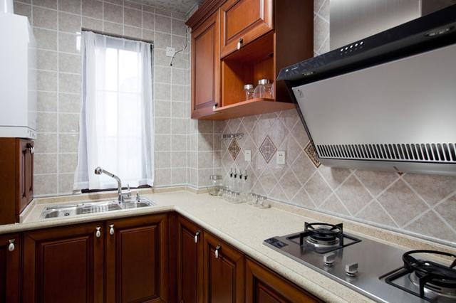 厨房装修注意事项主要包括哪些方面?厨房不是橱柜、烟机、灶具以及电器的简单叠加,而是与整个厨房环境的有机结合来打造一个赏心悦目、享受快乐展示厨艺的生活空间。那么厨房就需要一个系统的整体规划。 第一步:拆除  如果是旧房改造,就需要首先拆除墙面和地面原有的瓷砖,拆除吊顶,拆除原有的厨具、灯具等;如果是新房想改变原来厨房的格局,也会首先面临拆墙的任务。 第二步:水路、电路改造  大多数人都愿意将水路、电路做成暗管,因为比较美观。水电路隐患工程,所以一定做到安全。由橱柜设计师提供在水电改造的过程要设计好插座的预留